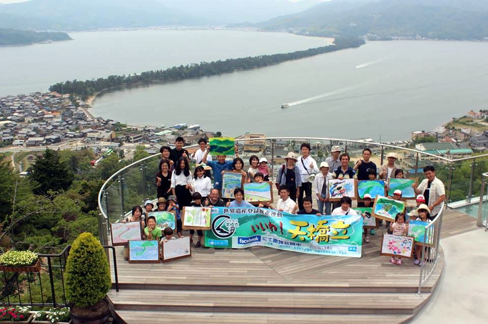 A commemorative photo while holding the pictures we drew. Amanohashidate sure is beautiful.